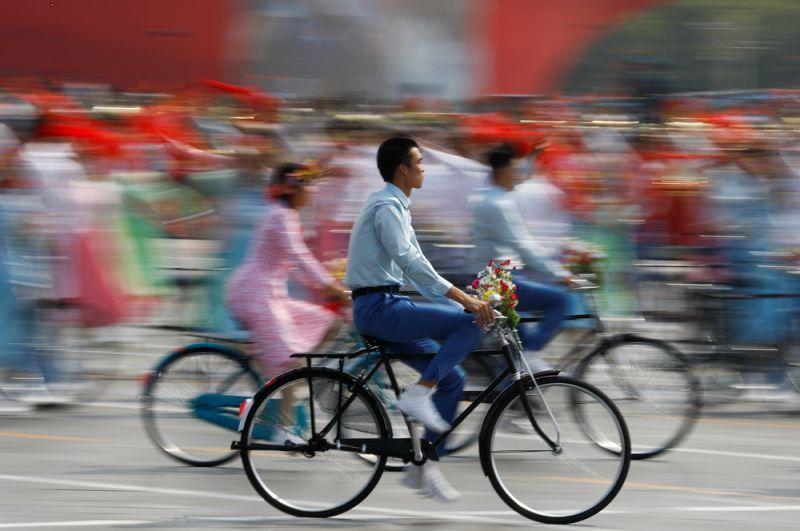 Артисты на велосипедах во время парада, посвященного 70-летию КНР.