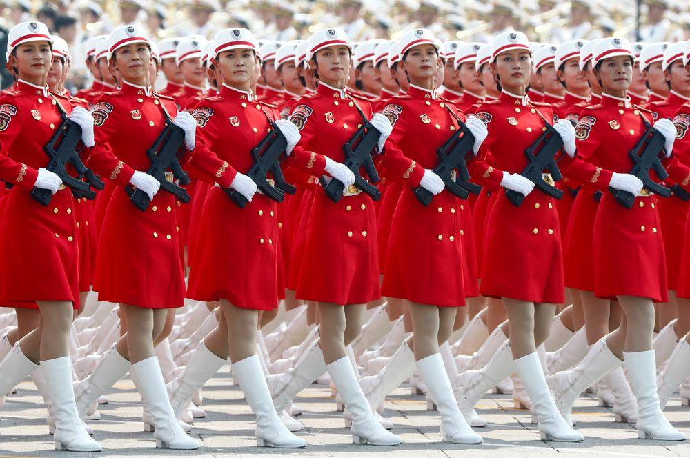 Отряд Народного ополчения Китая марширует на площади Тяньаньмэнь во время военного парада, посвященного 70-летию образования КНР.