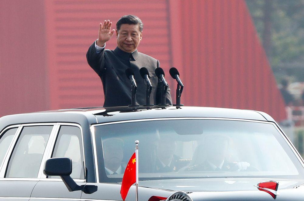 Глава КНР Си Цзиньпин принимает парад.