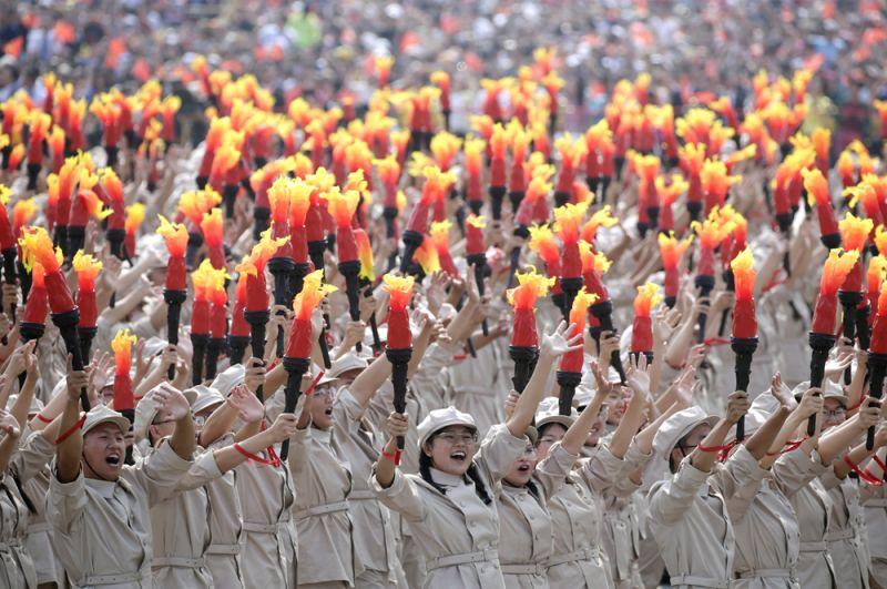 Участники с факелами на параде, посвященном 70-летию КНР.