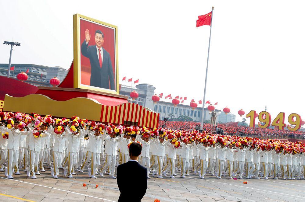 Портрет главы КНР Си Цзиньпина на площади Тяньаньмэнь во время парада, посвященного 70-й годовщине основания КНР.