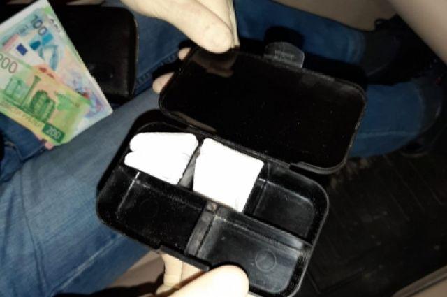 В машине нашли несколько пакетиков с порошком.