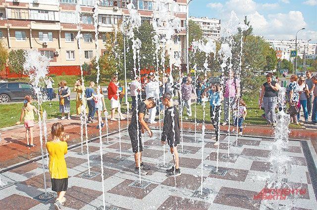 Новая площадка сискусственным покрытием позволяет детям втёплое время года играть внеобычные подвижные игры.