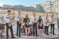 Ансамбль саксофонистов выступил на сцене нового тематического сквера, открытого рядом с музыкальным центром.