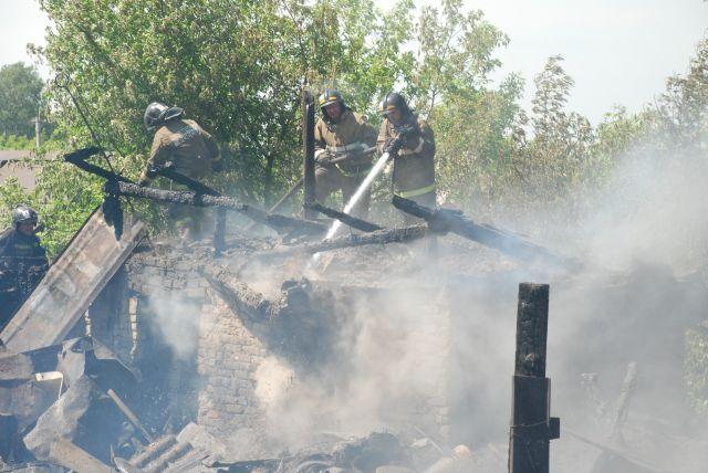 Когда на место прибыло первое подразделение, из-под крыши здания шел дым.