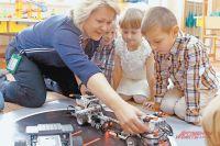 Ирина Александровна с удовольствием играет вместе  с детьми.