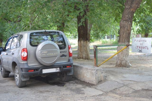 Жителям многоэтажек приходится ставить автомобили там, где найдётся свободное место.
