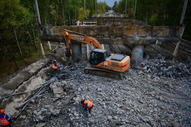 На Добрынинском путепроводе идут работы по разбору обветшалых и аварийных конструкций.