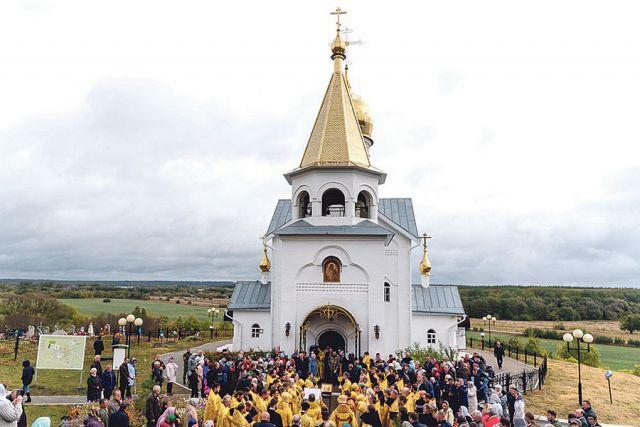 Благодарственный молебен отслужили у храма Донской иконы Божией Матери.