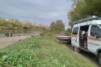 Диспетчер сообщил, что в реке Сылва, в районе пересечения улиц Красноармейская и Степана Разина прохожие заметили тело человека в воде.