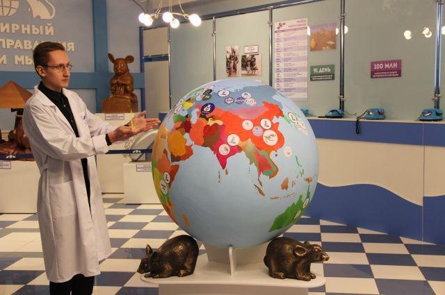 Виталий Малеев водит экскурсии по «Всемирному центру управления делами мышей».