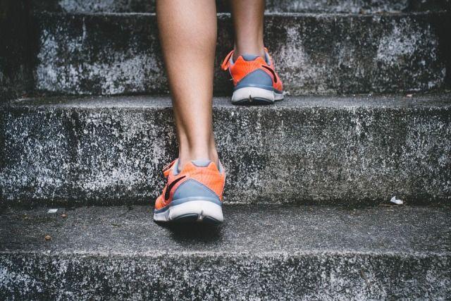 Больше двигаться - главный совет для профилактики варикоза.