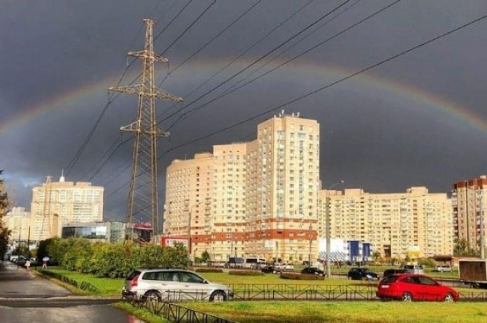Но уже вечером после урагана жители Северной столицы увидели прекрасную радугу.