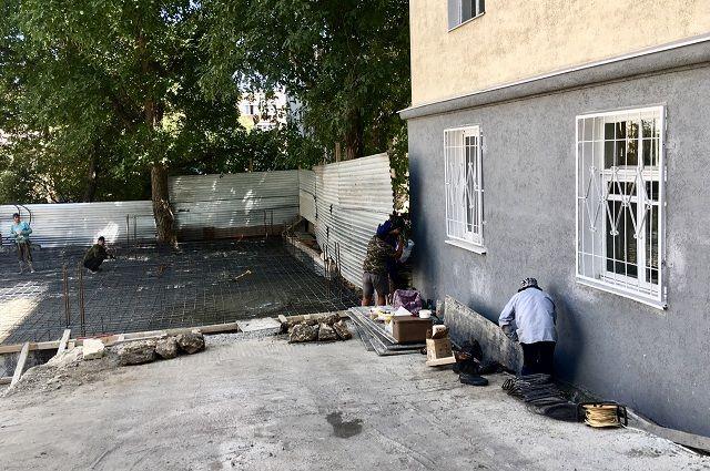 Застройщик уверяет, что дом будет стоять не впритык к соседнему, а в шести метрах от него