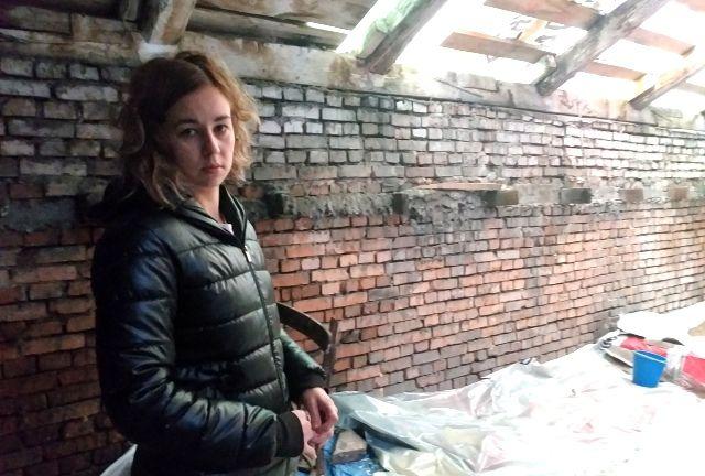 Семье Муслимовых пришлось самим застилать чердак целлофаном, чтобы спасти квартиру от потопа.