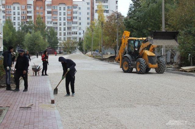 На два месяца подрядчик приостановил ремонт двора домов по Костычева, 2 и Крупской, 22. В настоящее время работы он возобновил. Обещает всё сделать до 30 октября.