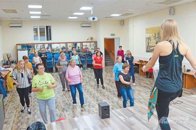 Занятия зумбой заряжают энергией участников «Московского долголетия».