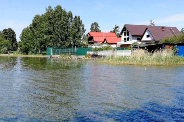 На озере Увильды коттеджи уже вплотную подступили к воде.