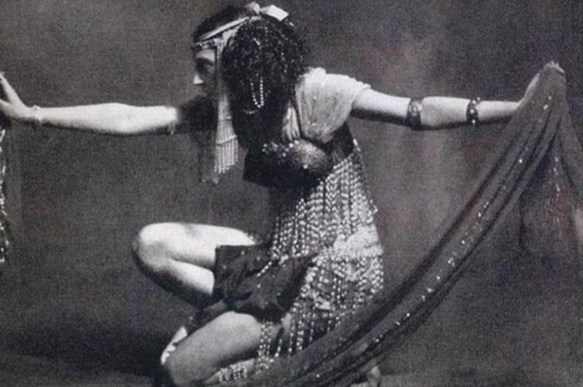 Худое тело Иды Рубинштейн скрывало лишь платье из бус, что в то время приравнивалось к полной наготе.