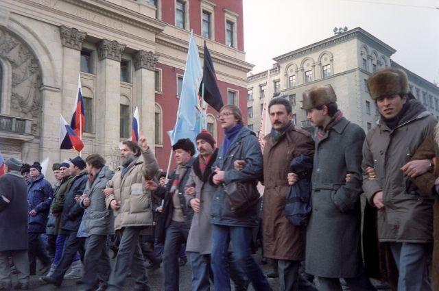 Участники митинга на Тверской улице в 1991 году.