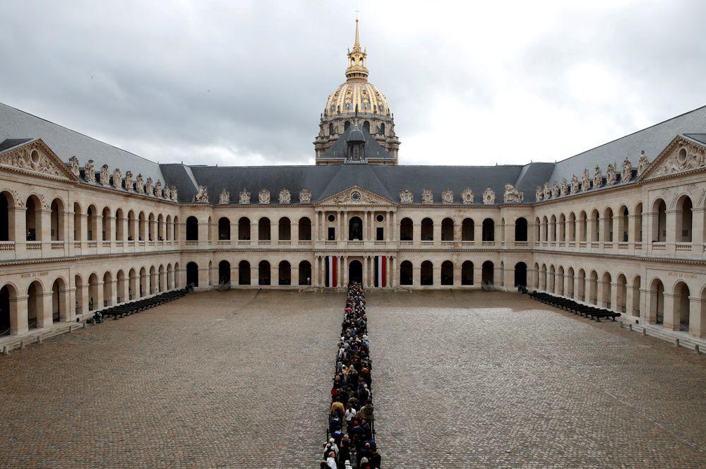 Люди стоят в очереди, чтобы проститься с бывшим президентом Франции Жаком Шираком в Доме инвалидов в Париже.