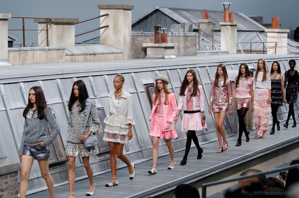 Модели во время показа коллекции женской одежды весна-лето 2020 для модного дома Chanel во время Парижской недели моды.