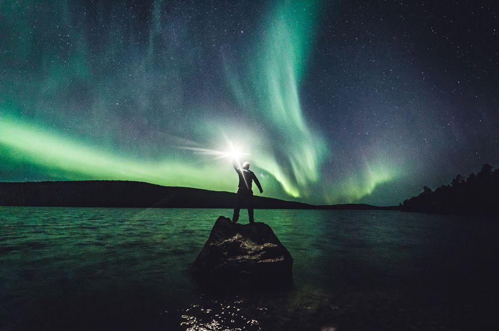 Северное сияние в небе над городком Ивало в Финляндии.