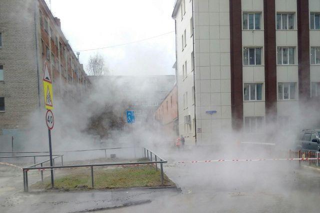 В результате ЧП улицу Демьяна Бедного в Тюмени залило горячей водой