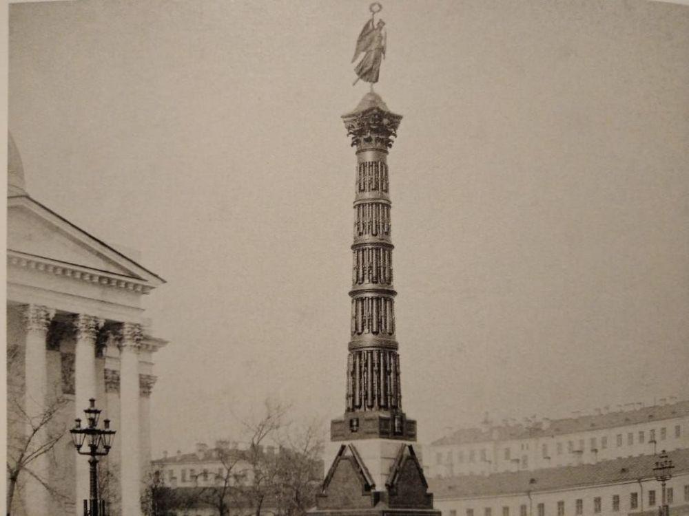 Колонна, составленная из трофейных пушек, отбитых у турок в Плевне и в других сражениях (Санкт-Петербург).