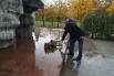 Они возложили цветы к памятнику воинам-интернационалистам, который находится рядом со станцией «Проспект Славы».