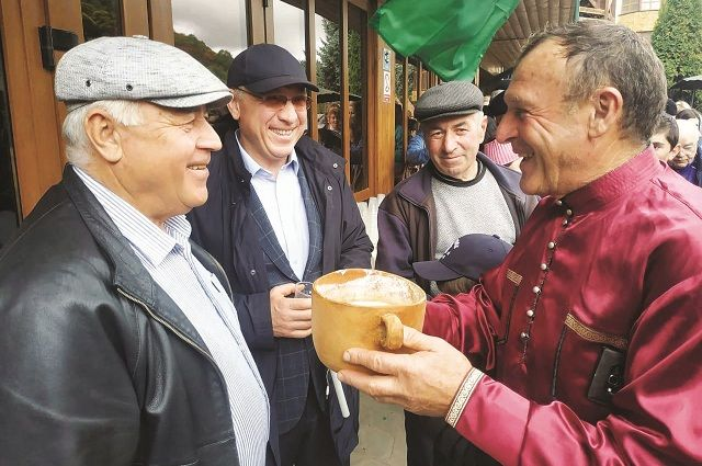 Гостей вместо кофе и чая на празднике угощали айраном