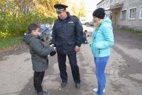 Мальчика заметила прохожая, которая подбежала к полицейскому и рассказала о случившемся.