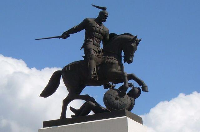 Окончательную победу над хазарами одержал Святослав, памятник которому установлен в Белгородской области.