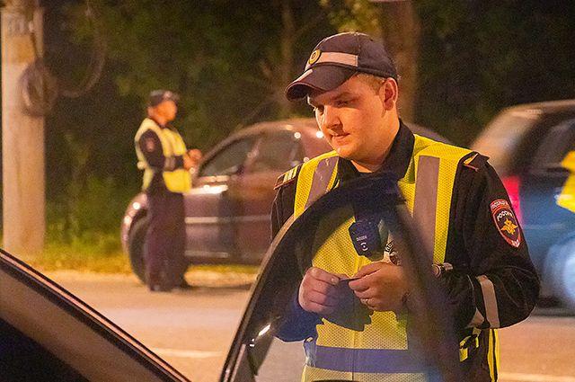 Госавтоинспекторы дежурят на участках дороги, на которых чаще всего происходят дорожно-транспортные происшествия.