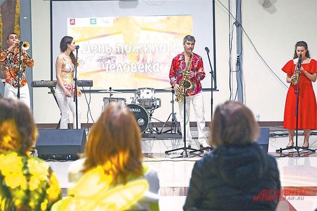 В День пожилого человека на сцене выставочного центра Fili Hall выступил ансамбль «Хитобилли», солисты которого исполнили ретрохиты 70–80-хгодов.