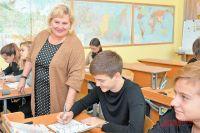 Людмила Николаевна проверяет готовность к уроку географии у 8Акласса, классным руководителем которого она является.