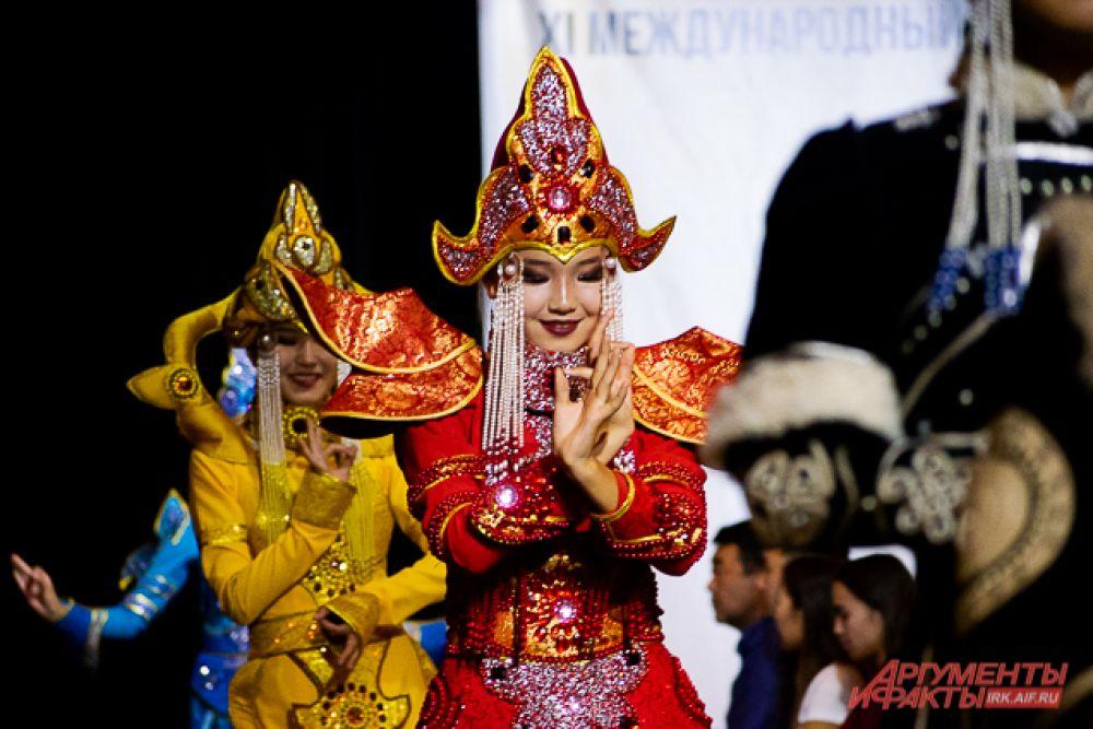 Потрясающие сценические костюмы коллекции «Золотая Тыва» привёз дизайнер Андрей Неверицкий. Богато украшенные платья и костюмы были навеяны буддизмом.