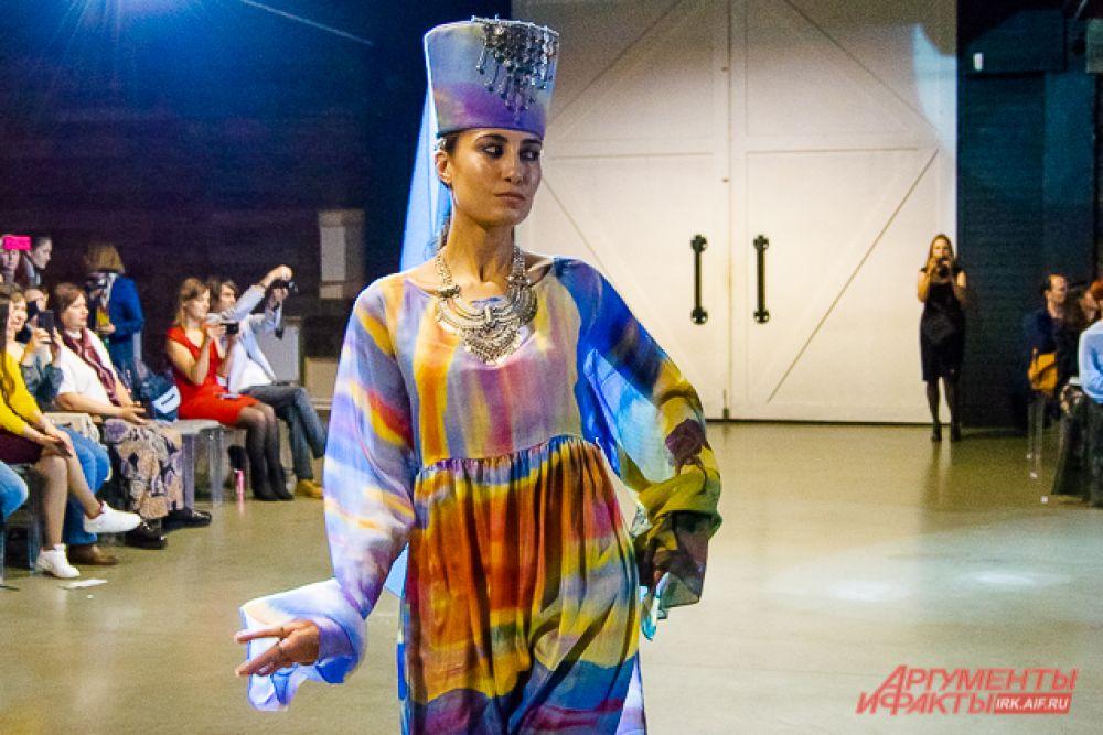 Узбекистанская коллекция «Чарующий Восток» от Ирины Шариповой отличалась воздушными цветными батиками и лёгкостью.