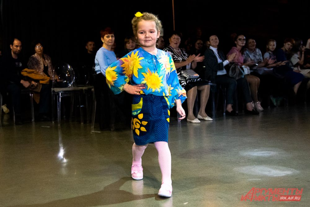 Гала-показ открыла коллекция Оксаны Пономарёвой «В каждом рисунке солнце», созданная для детей с особенностями развития и их родителей.