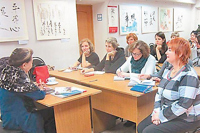 Госпожа Ямада Мидори проводит лекцию для посетителей клуба «Японская красота».