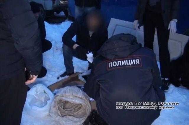 Полиция нашла в тайнике на крыше «Газели» большую партию синтетических наркотиков – около килограмма.