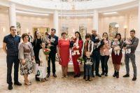 Тюменским двойняшкам и тройняшкам вручили их первые документы