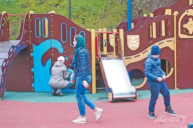 Детская площадка в парке, который находится в пойме реки Ивницы.
