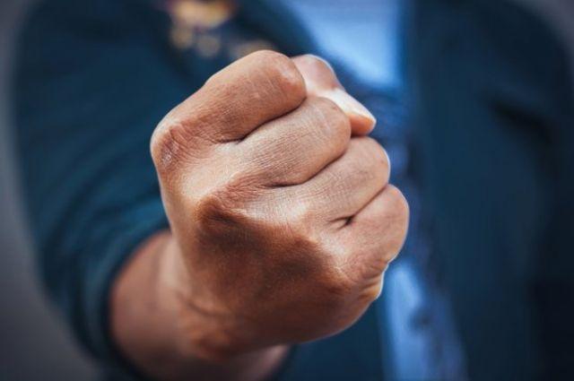 В Кривом Роге мужчина избил школьника, который конфликтовал с его сыном