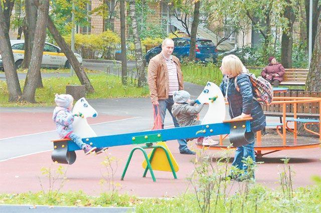 В сквере наНоворублёвской открылись две новые детские площадки.