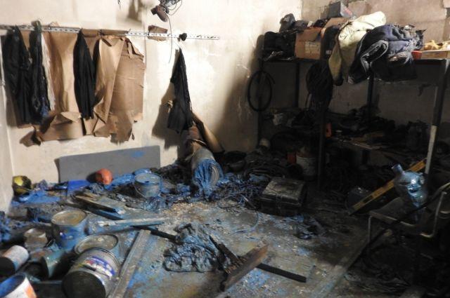 В бытовке находились пожароопасные вещества.