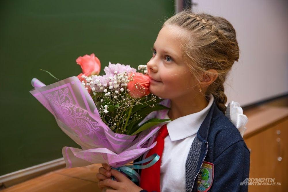 Дети искренне поздравляют учителей