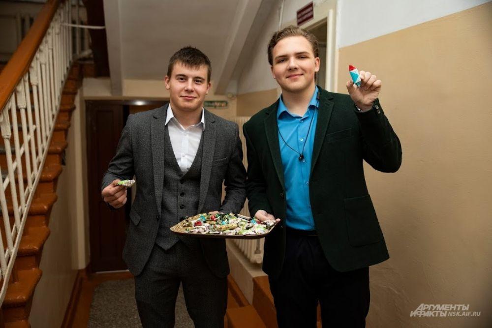 Например, в 109 школе ученики пришли раньше педагогов и устроили им небольшой сюрприз! Угощали конфетами...