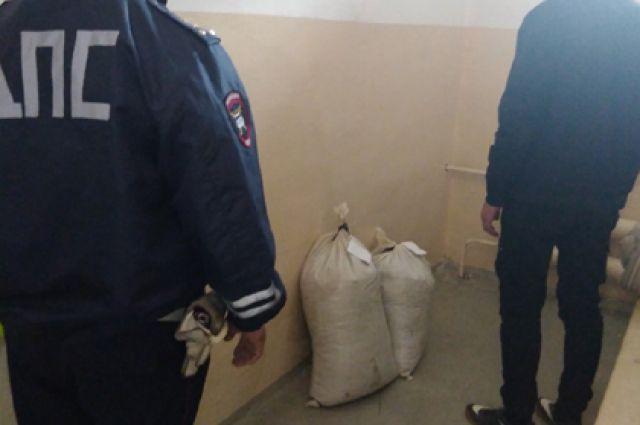 Полицейские изъяли запрещённые вещества.