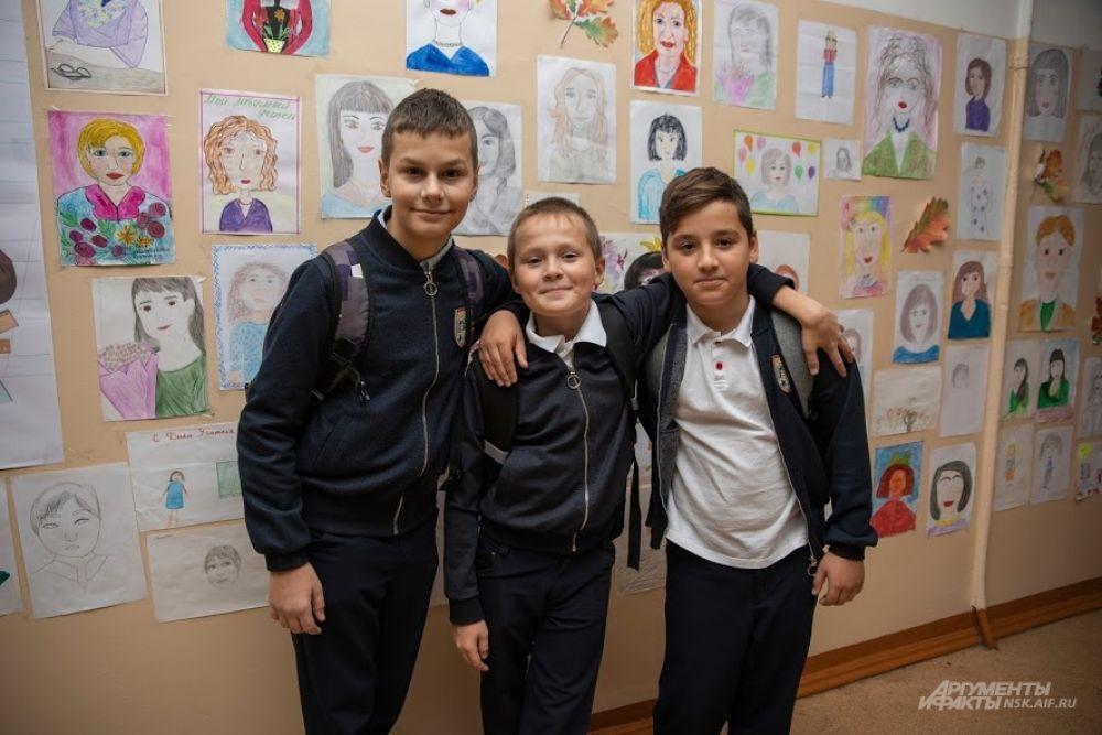 В холле школы множество рисунков. Ученики изобразили любимых педагогов.